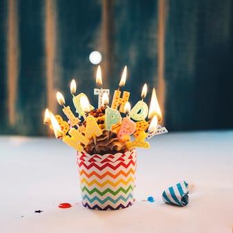 Cupcake com iluminação velas de feliz aniversário