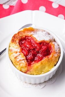 Cupcake com molho de geléia de morango em formato de coração