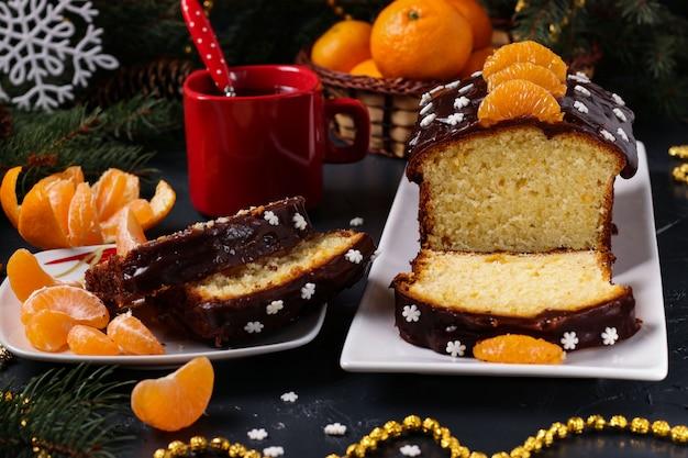 Cupcake com tangerinas, coberto com cobertura de chocolate