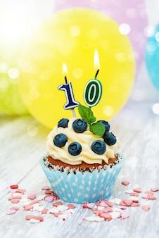 Cupcake com um numeral dez velas