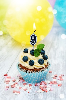 Cupcake com um numeral nove velas