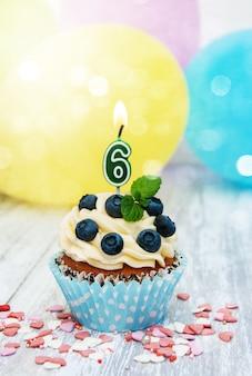 Cupcake com um numeral seis velas