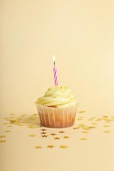 Cupcake com vela e estrelas