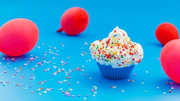 Cupcake de aniversário com balões