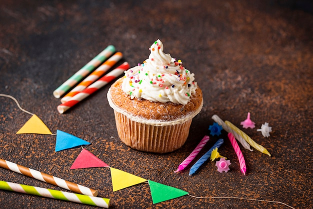 Cupcake de aniversário com creme e decorações