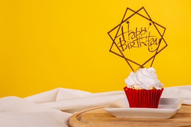 Cupcake de aniversário com etiqueta de feliz aniversário