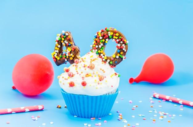 Cupcake de aniversário com vela e balões