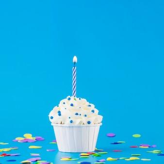 Cupcake de aniversário com vela