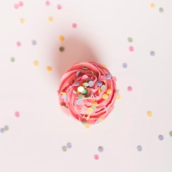 Cupcake de aniversário rosa com confete