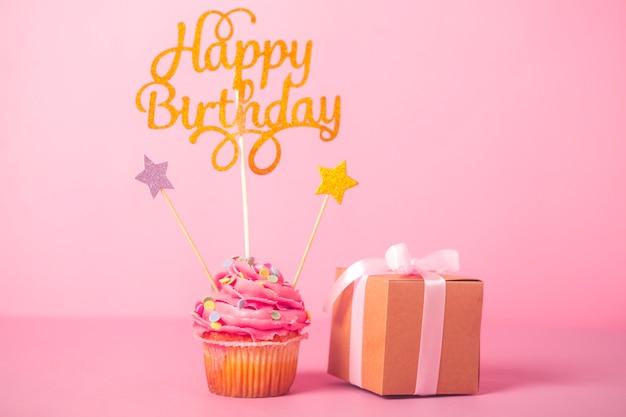 Cupcake de aniversário rosa com presente