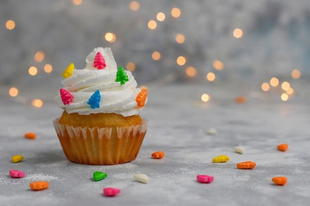 Cupcake de natal com árvore de natal em forma de diamante e luzes acesas