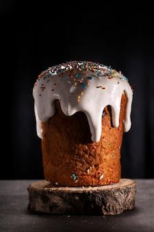 Cupcake de páscoa close-up isolado no escuro
