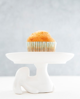 Cupcake de vista frontal em fundo minimalista