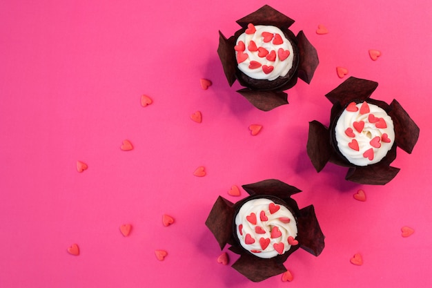 Cupcake decorado com corações. ame. conceito dia dos namorados. cópia-espaço, vista superior.