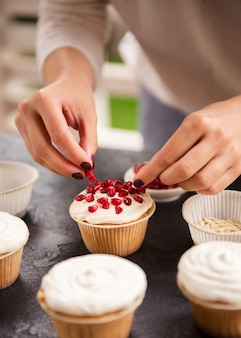 Cupcake decorado com sementes de romã