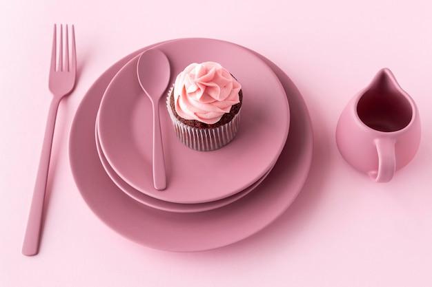Cupcake delicioso de ângulo alto no prato