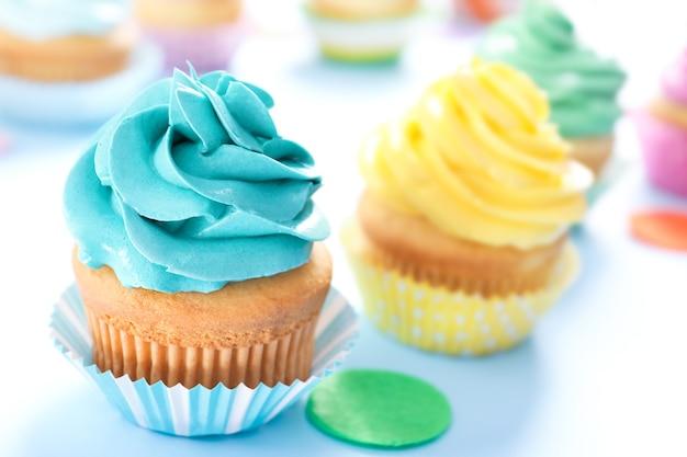 Cupcake delicioso na mesa, closeup