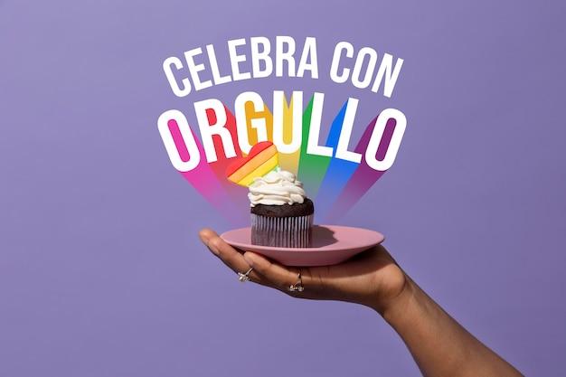 Cupcake do dia do orgulho na mão de uma pessoa