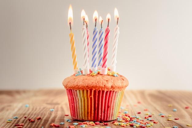 Cupcake festivo com velas acesas