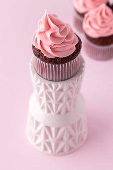 Cupcake rosa delicioso em ângulo alto