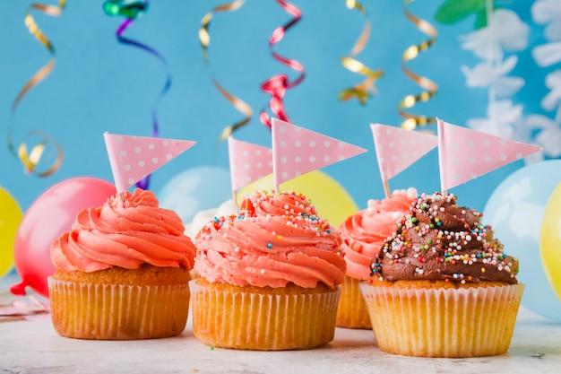 Cupcakes bonitos com bandeiras