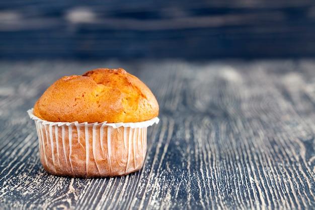 Cupcakes caídos na mesa preta, closeup na cozinha