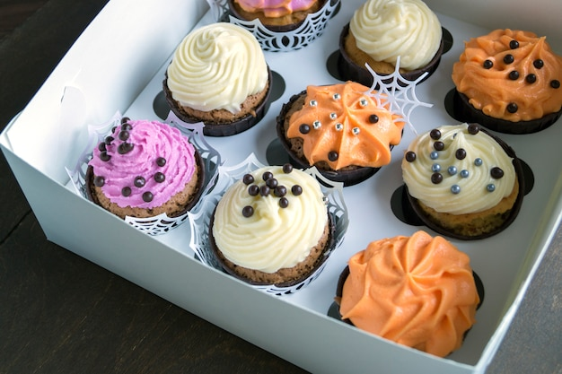 Cupcakes caseiros com creme.