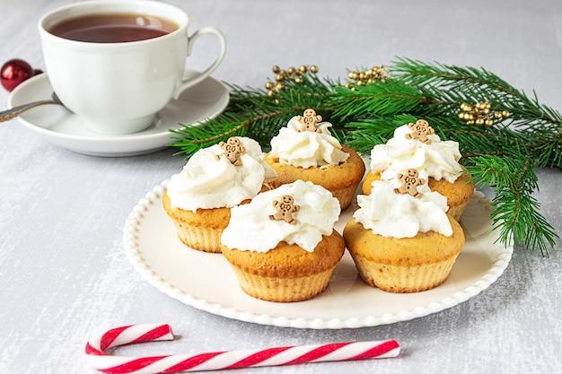 Cupcakes caseiros com enfeites de natal