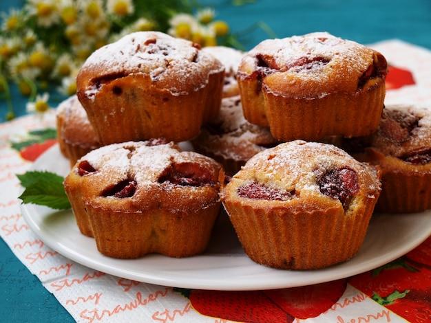 Cupcakes caseiros com morangos em um prato branco