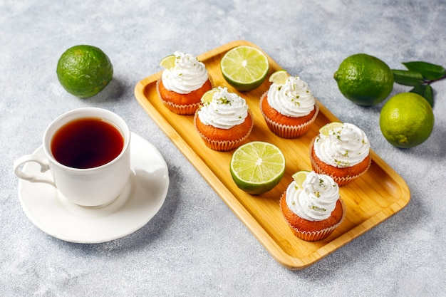 Cupcakes caseiros de limão com chantilly e raspas de limão