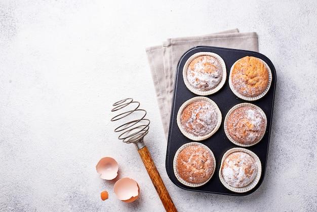 Cupcakes caseiros doces em prato de apoio
