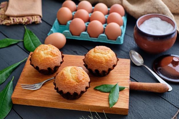 Cupcakes caseiros em mesa rústica com ingredientes
