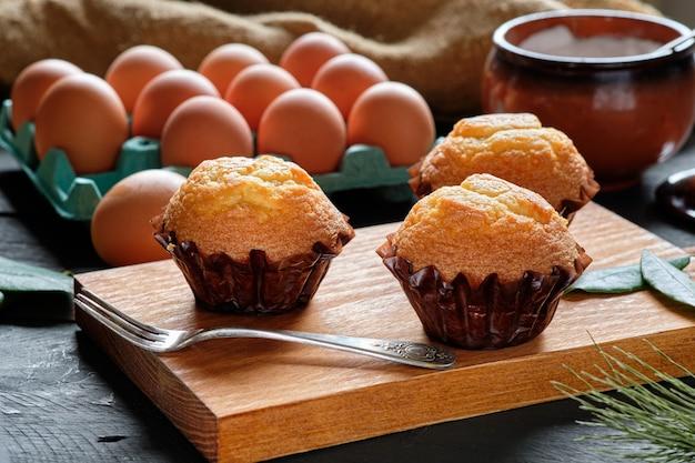 Cupcakes caseiros em mesa rústica