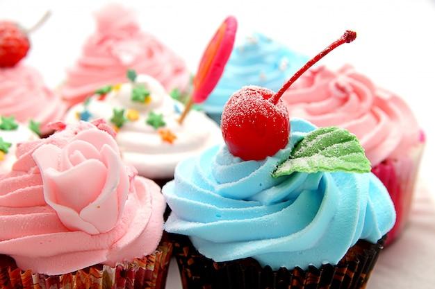 Cupcakes coloridos com cobertura rosa e granulado