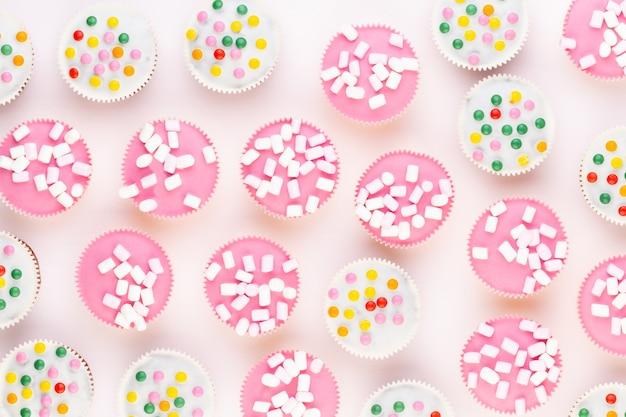 Cupcakes coloridos em um fundo branco.
