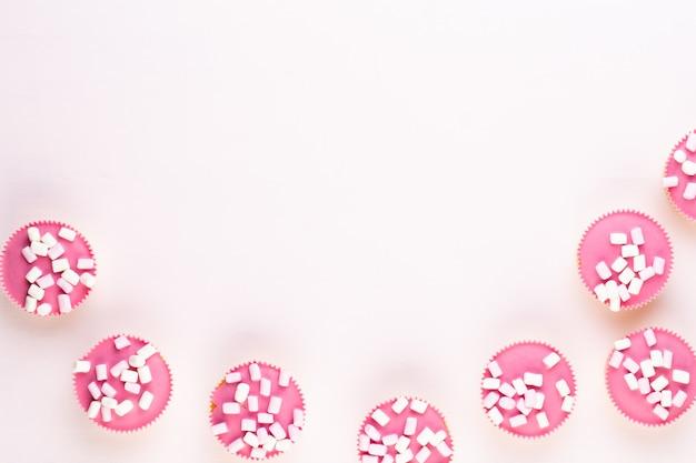 Cupcakes coloridos em um fundo branco