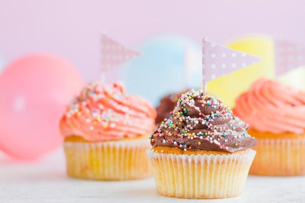 Cupcakes com bandeiras e balões