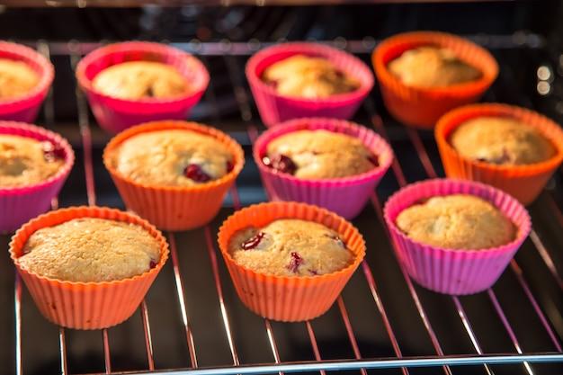 Cupcakes com cereja, muffins no forno