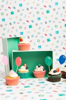 Cupcakes com cobertura de balão na mesa