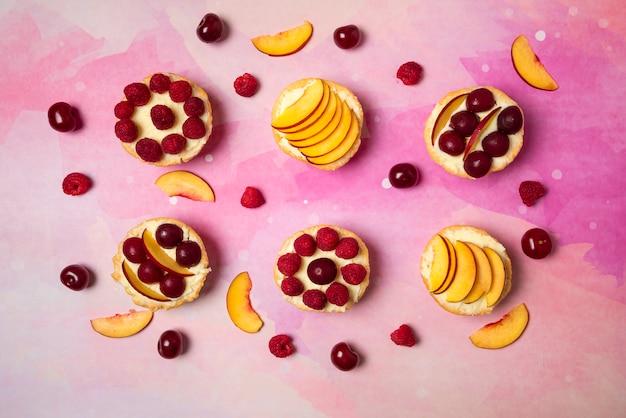 Cupcakes com creme de baunilha e frutas de verão no topo