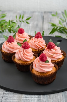 Cupcakes com creme de framboesa.
