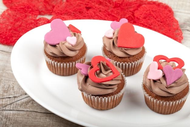 Cupcakes com creme decorado com coração