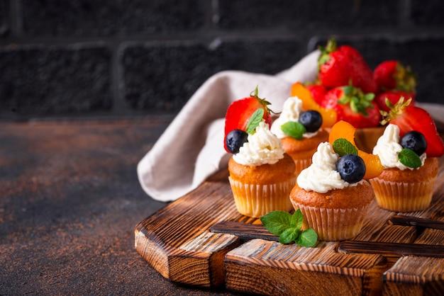 Cupcakes com creme e frutas