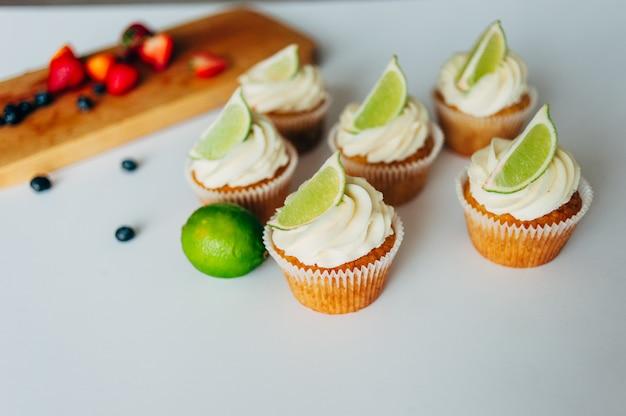 Cupcakes com creme e limão