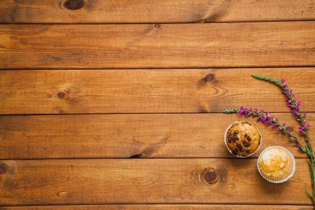 Cupcakes com flores em madeira