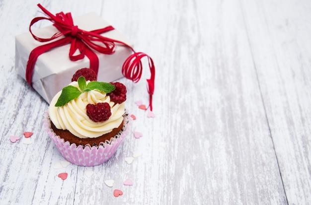 Cupcakes com frutas frescas e caixa de presente