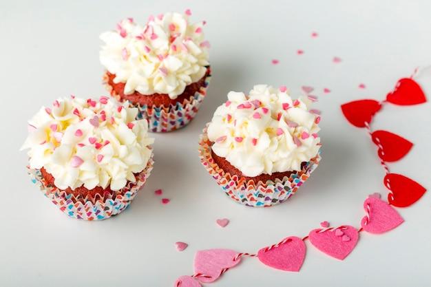 Cupcakes com granulado em forma de coração e glacê