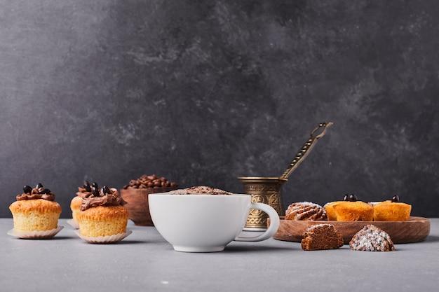 Cupcakes com uma xícara de café.