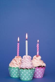 Cupcakes com vela acesa