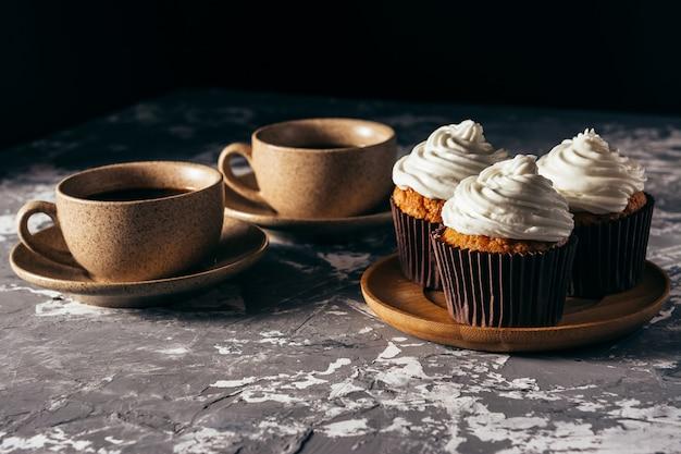 Cupcakes com xícaras de café.